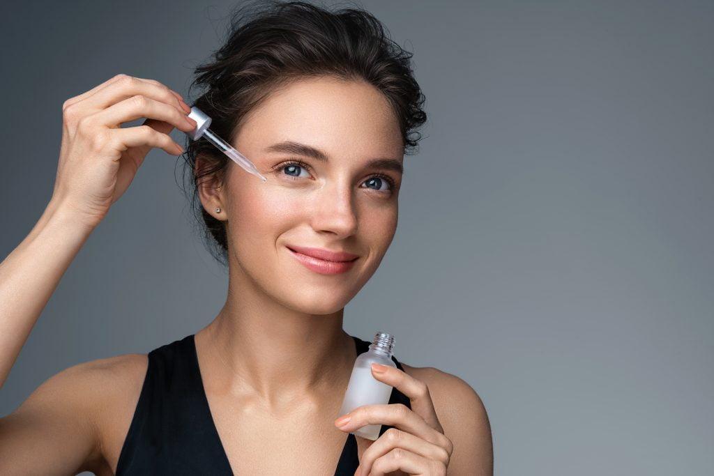 Aplikacja serum z niacynamidem na twarz